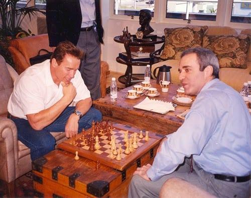 Arnold Schwarzenegger jogando uma partida de cortesia contra Garry Kasparov