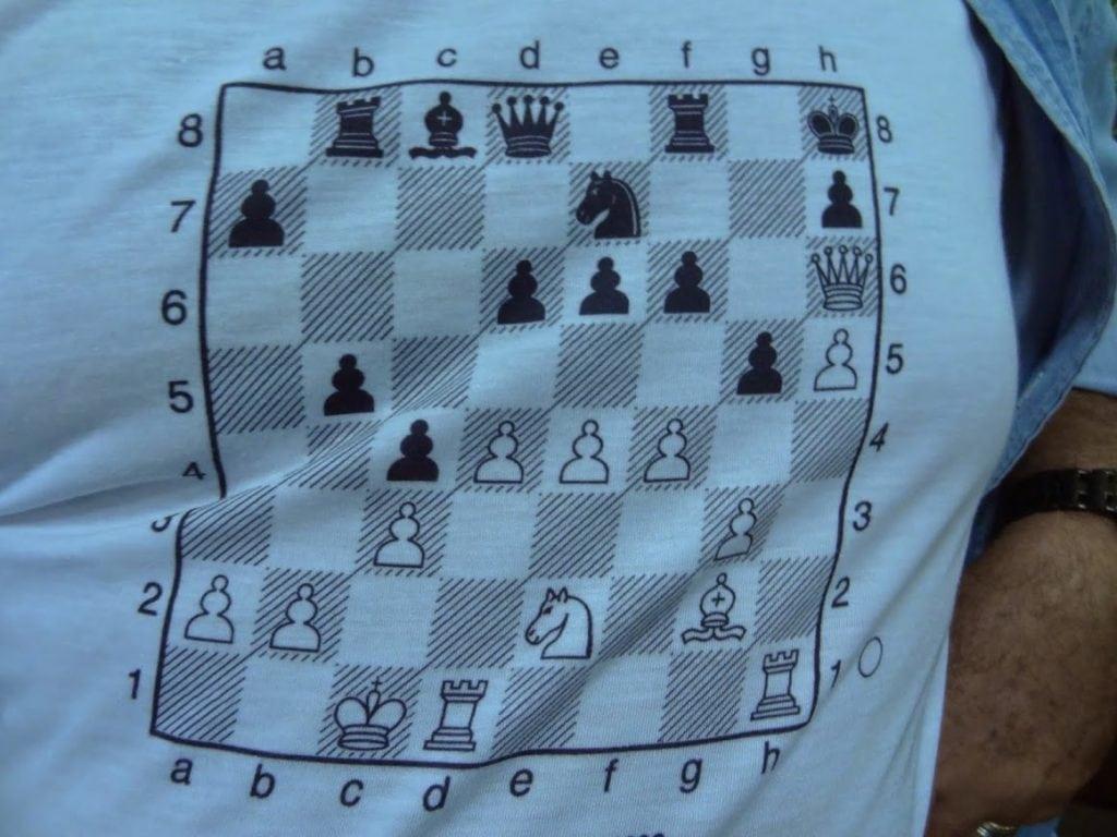 Negras jogam e ganham? Ou o verdadeiro puzle: qual alexano estava envergando esta camiseta?