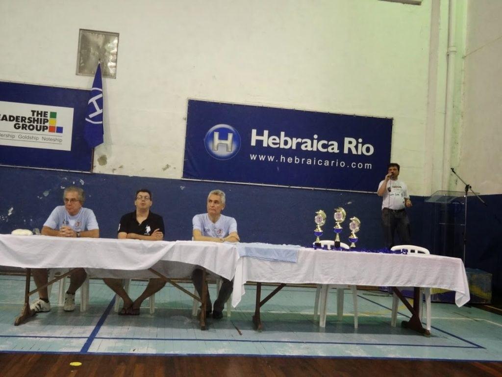 David Borensztajn prestigiando o torneio, ao lado de Patrick Monnerat (CXTR) e Alberto Mascarenhas,Presidente da FEXERJ . No microfone, o arbitro principal Marcelo Einhorn.