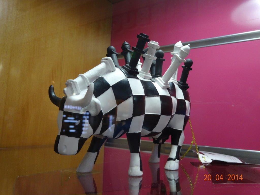 Essa estranha figura estava à venda no mercado (Suq em árabe) de Doha, Qatar. Pena que a loja estivesse fechada.