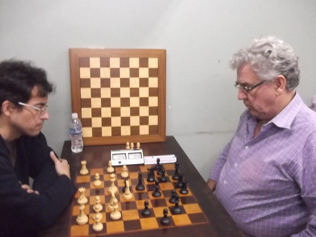 Na mesa 2, Eduardo Diniz, do Clube de Xadrez de Petrópolis, perdeu do alexano Álvaro Frota