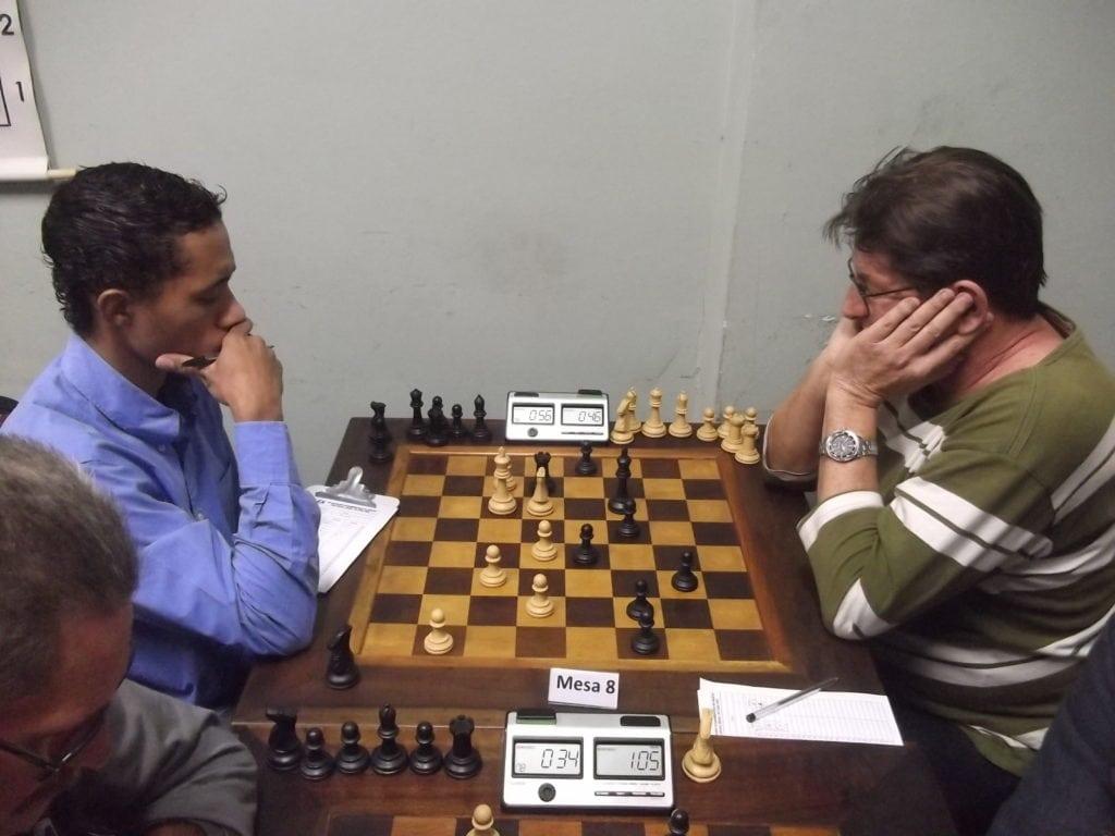 Na mesa 8, Thiago Azevedo, ainda sem clube, perdeu do alexano Jorge Silveira