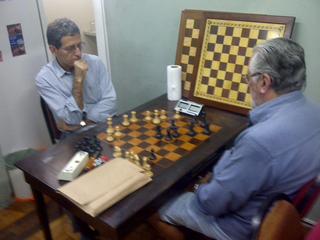 Fortunato Garcia, da AABB-RJ, tendo ficado bye na primeira rodada, uma vez que o número de participantes foi ímpar, aproveitou a ocasião para jogar um bom Xadrez, enfrentando, de negras, o árbitro da prova, Antônio Elias.