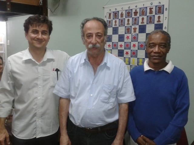 No centro, o campeão Juarez Lima, do Clube Municipal. À esquerda, o vice José Blanco, da ALEX. E à direita, Wallace Machado, do Tijuca Tênis Clube, que ficou em terceiro lugar.