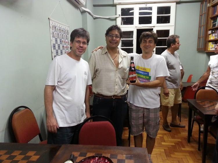 No Torneio do Bolo de 2013 Adérito Picamilho Pimenta acompanha a entrega do vinho-prêmio para José Eduardo pelo então Presidente da ALEX José Manoel Blanco Pereira. Ao fundo, Fernando Madeu.