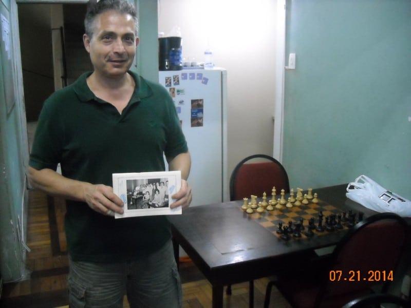 Bernardo mostra a foto onde aparece na contracapa do número 6 da revista P4D.