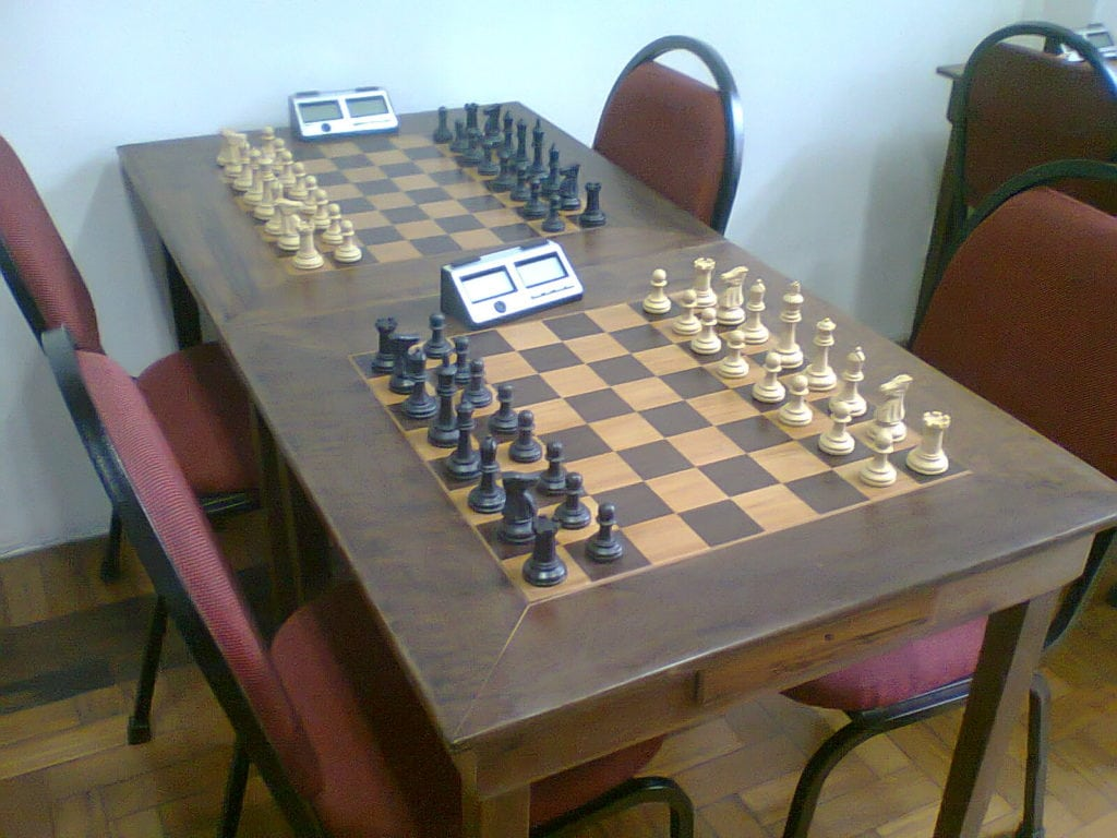 Todas as mesas foram restauradas, o verniz velho foi removido e a madeira foi lixada e encerada.