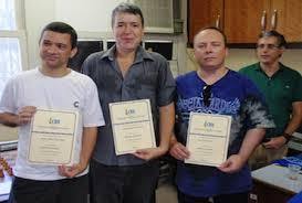 Jorge Antônio Torres Chaves (do Tijuca Tênis Clube), ladeado por Marco Maia (do Clube de Xadrez Guanabara) e Carlos Evanir (da ALEX) recebem seus diplomas de Mestre Nacional das mãos do Presidente da CBX e Grande Mestre Darcy Lima