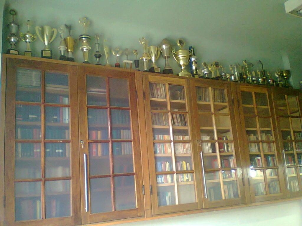 Em cima das estantes da Biblioteca Dijalma Caiafa estão as taças e troféus conquistados pelo Clube.
