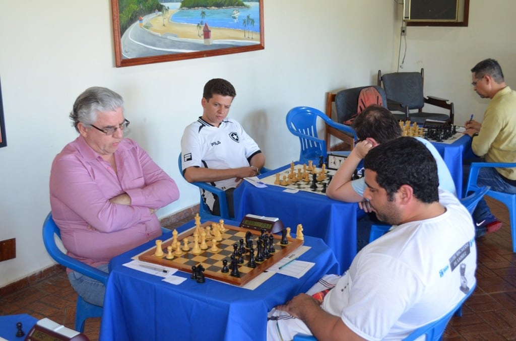 Álvaro Frota enfrentando Vitor Boghi, do Clube Macaense de Xadrez