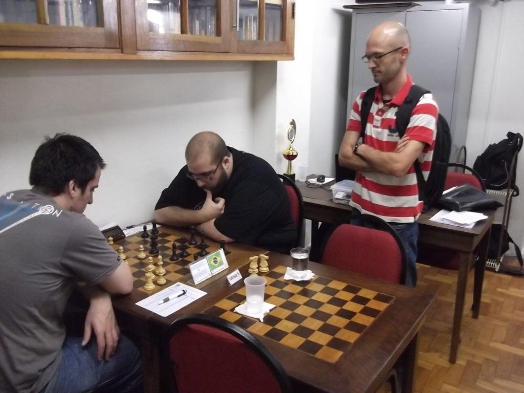 Francesco Noseda observa a partida Della Morte vs Werner