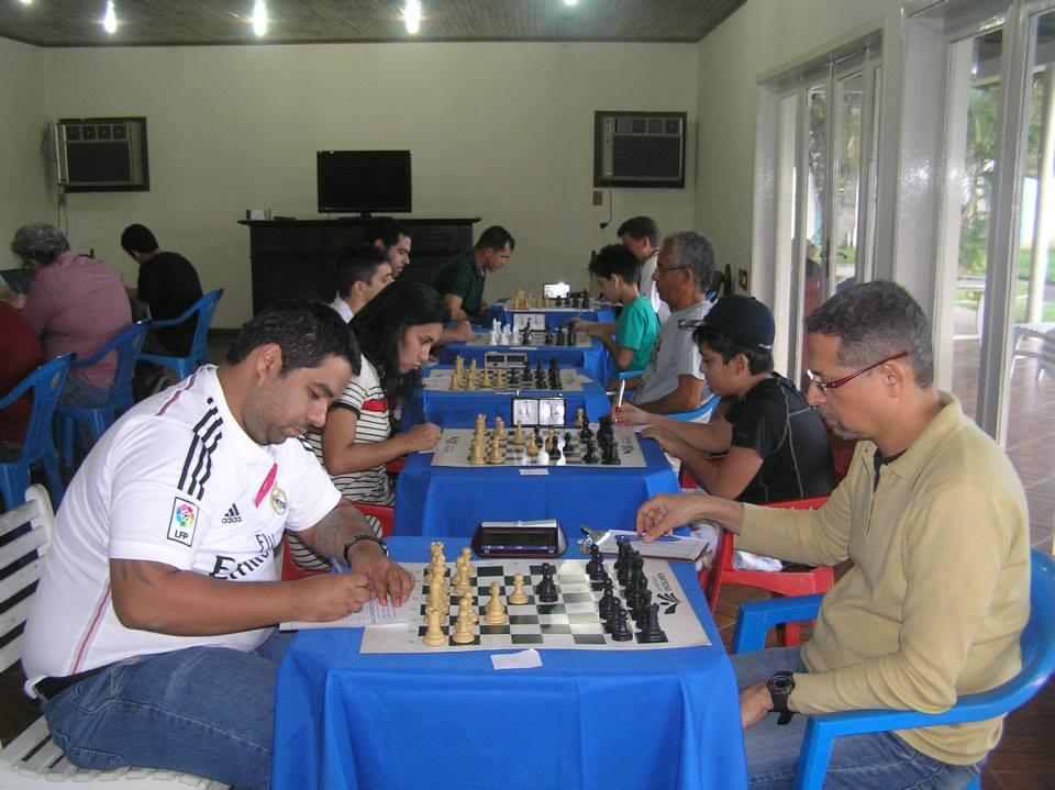 Jéferson Meneses jogando de negras contra Marcos Pereira, da Hebráica.