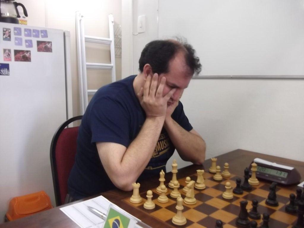 Luiz Antonio Bardaro Manzi, do Clube de Xadrez Guanabara, é um persistente estudioso do Xadrez. Rating 2103 e subindo.