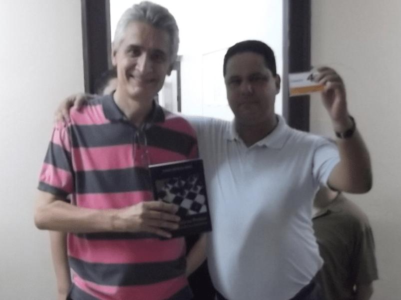 O Presidente da FEXERJ Alberto Mascarenhas entregou o livro prêmio a Cristiano Porto