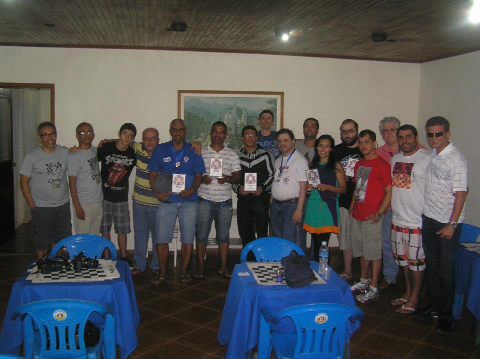 Ao final do torneios, a tradicional foto com os premiados e demais participantes