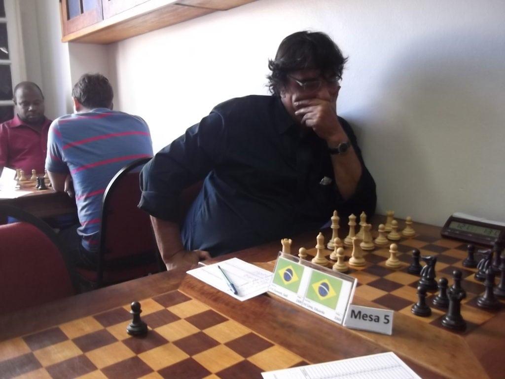 Sadi Glasser Dumont é Mestre FIDE carioca. Vamos torcer que o ITT o traga de volta ao quotidiano das lides enxadrísticas! Rating 2309