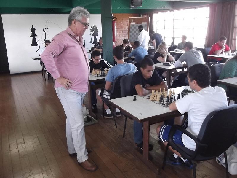 Álvaro Frota, atual Presidente da ALEX, acompanha uma partida de Thiago Azevedo