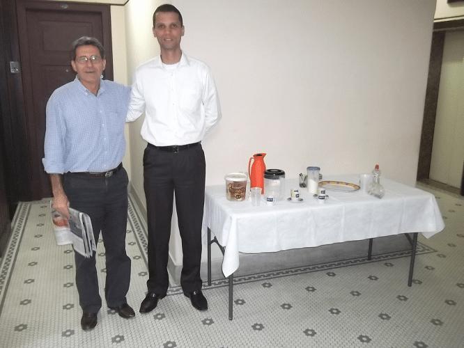 O árbitro da prova Antônio Elias e André Kemper fazem a tradicional pose da estátua ao lado da mesa do cafezinho.