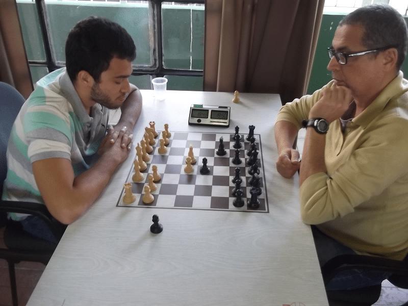 Confronto alexano no quarto tabuleiro: Helemberg Cubica (equipe 1)  vs Jéferson Menezes (equipe 2)