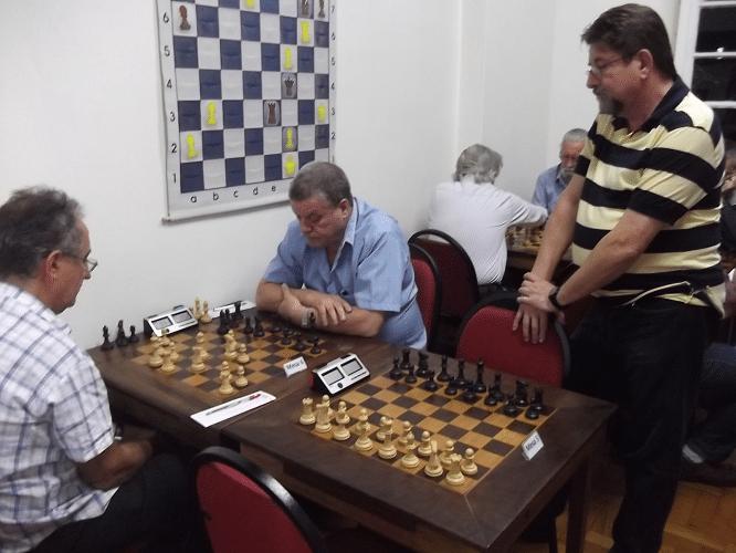 Jorge Silveira observa a partida entre Diógenes Labre e Sérgio Murilo