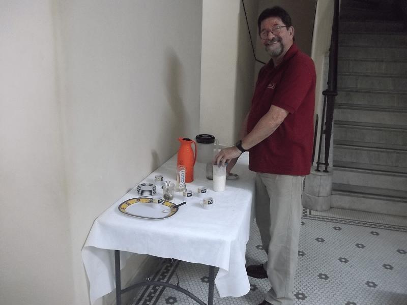 Um sorridente Jorge Silveira serve-se do tradicional cafezinho.