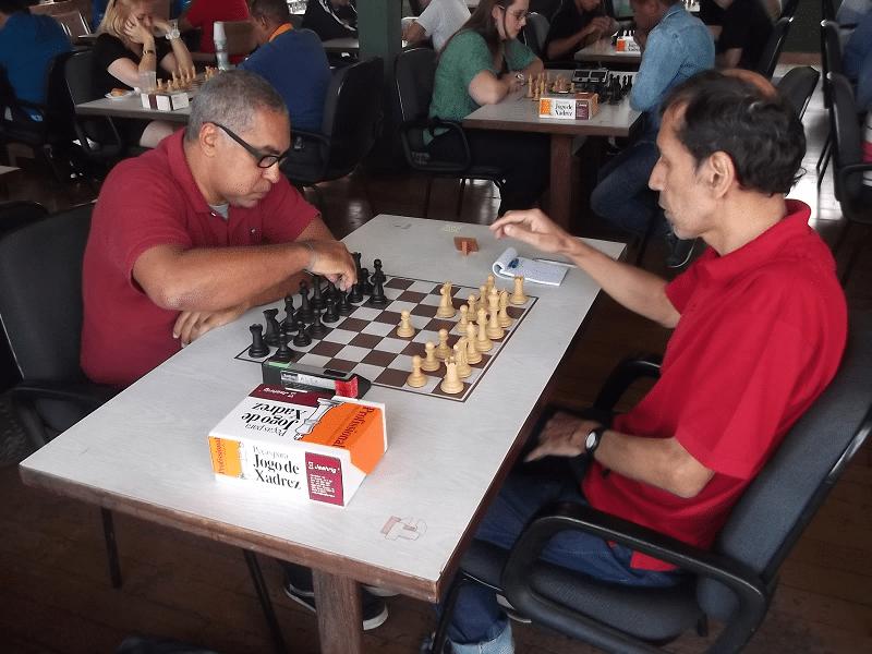 Confronto alexano no primeiro tabuleiro: Luís Chauca (equipe 2) enfrenta Nei Jorge Rodrigues (equipe 1)