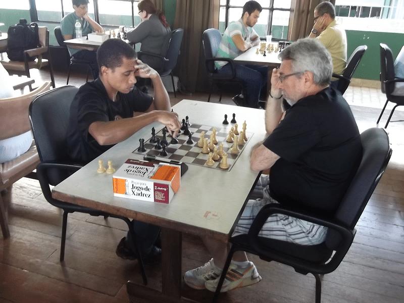 Confronto alexano no terceiro tabuleiro, Marcos Dias (Equipe 2) contra Thiago Azevedo (Equipe 1)