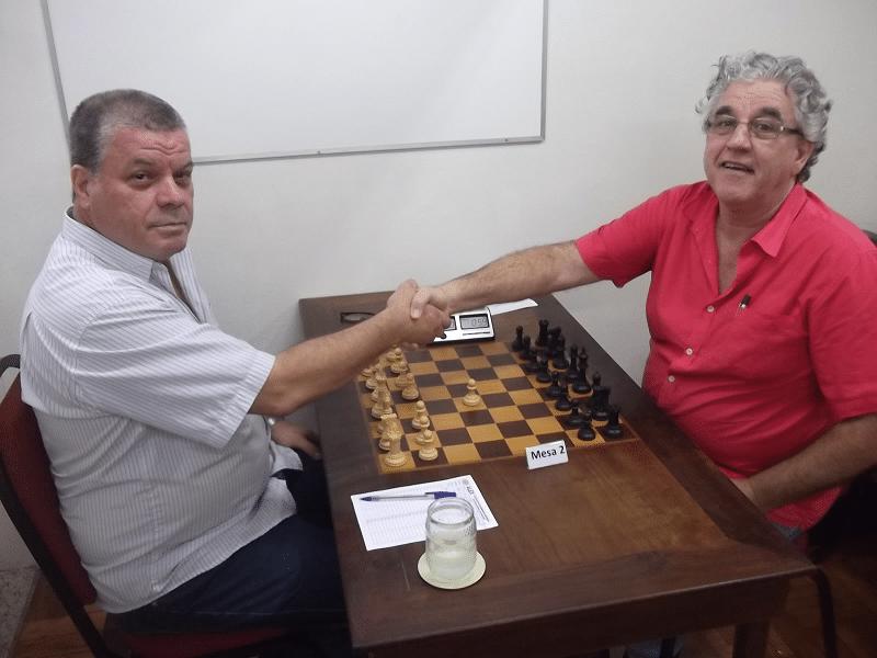Na mesa 2, um partida sempre muito disputada entre Sérgio Murilo, um flamenguista doente filiado ao Vasco da Gama e o alexano Álvaro Frota