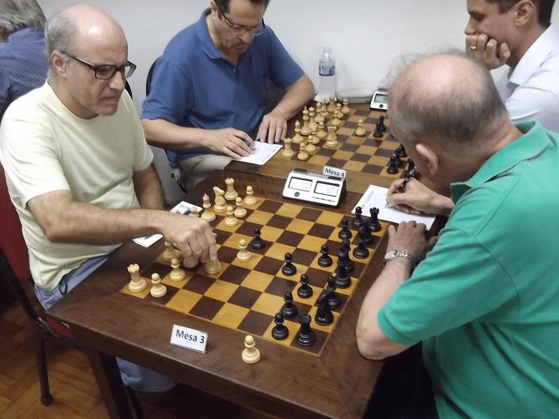 Na mesa 3, José Carlos Mesquita (ALEX) vs Carlos Rolim (Associação Atlética Banco do Brasil). Rolim foi o vencedor do recentemente disputado Campeonato Interno do Clube de Xadrez Guanabara