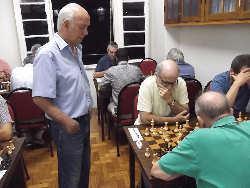 Paschoal Mendes (Clube de Xadriz Guanabara) acompanha a partida Mesquita vs Rolim
