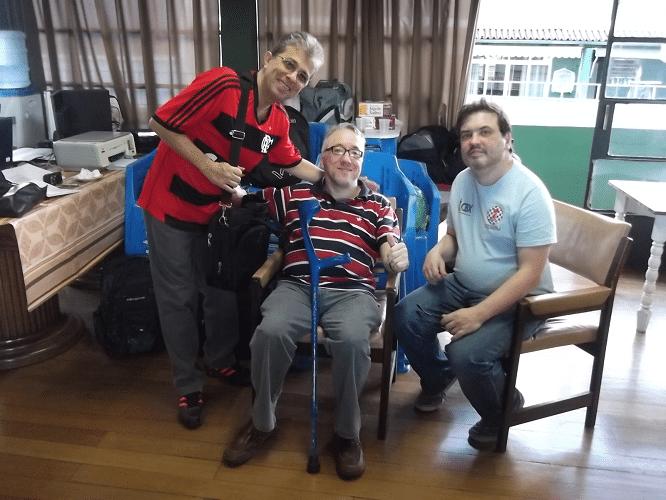 Os alexanos Paulo Goulart Eduardo Maia com o árbitro da prova Marcelo Einhorn