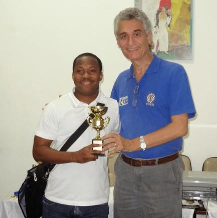 """O Campeão Classe """"B"""" António Pinheiro recebendo seu troféu de Alberto Mascaranhas"""