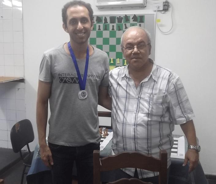 Defendendo as cores do Irã, Hesamedini Ali foi o Vice Campeão tanto do Campeonato Blitz como do de Rápidas. A sua direita, o árbitro Selmo Bastos.