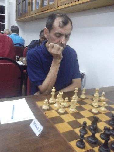 Na mesa 1, o peruano José Luís Chauca (ALEX - 2116) jogou de brancas ...