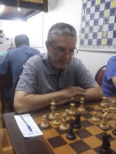 Luiz Sérgio Tiomno (AABB, 1631) se concentra na mesa 9...