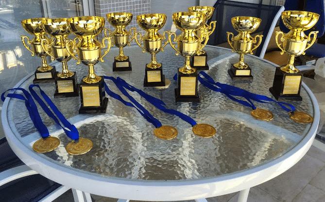 """Os trofeus e medalhas em disputa nos três Campeonatos Populares: """"A"""", """"B"""" e """"C""""."""
