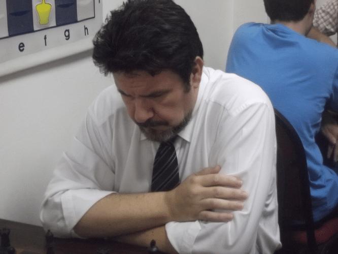 Antônio Pádua se concentrando em sua partida