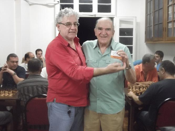 Carlos Rolim recebendo o prêmio de Campeão 80+ do Memorial Dijalma Caiafa
