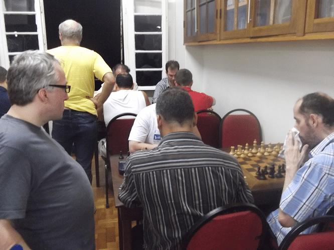 Eduardo Maia, que veio à ALEX especialmente para visitar o Torneio do Bolo, observa a preparação para mais uma rodada