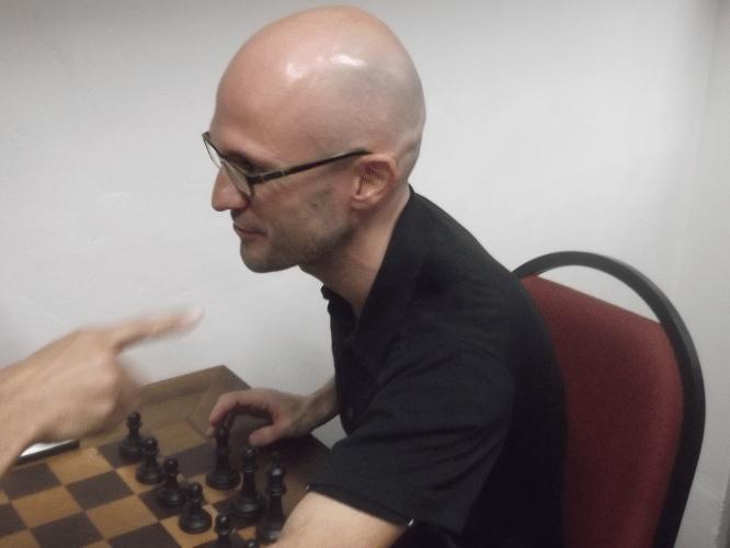 Francesco Nosea no exato momento em que se preparava para morder o dedo do adversário.
