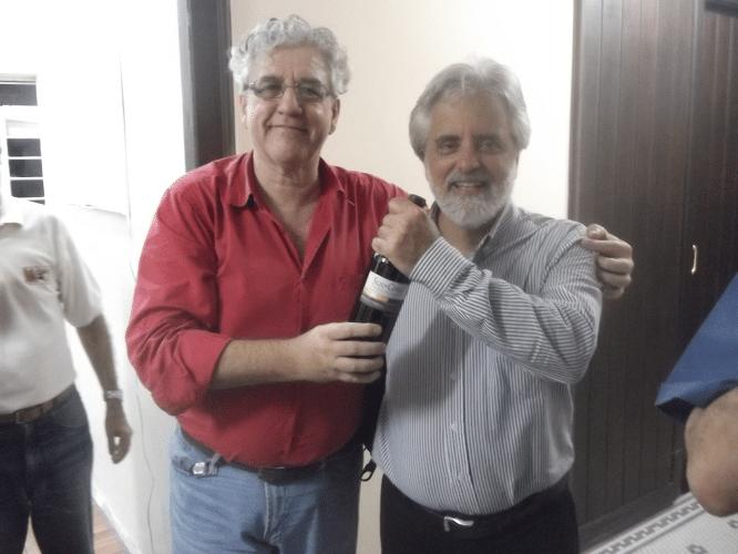 Luiz Alberto da Luz, último lugar na competição, recebendo das mãos de Álvaro Frota sua premiação: um razoável vinho tinto de excelente qualidade.