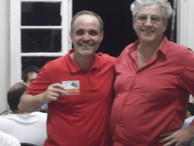 """Nicolau Santos recebendo das mãos de Álvaro Frota o mini troféu diploma de Campeão Classe """"C"""" do Memorial Dijalma Caiafa."""