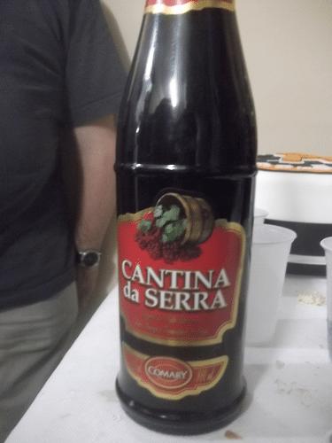 Embalado em garrafa pet, um excelente vinho de péssima qualidade para o Campeão do Torneio do Bolo!
