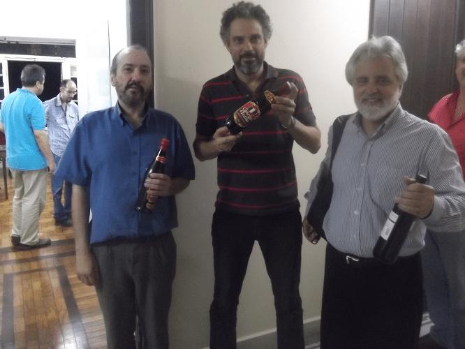 Os felizes ganhadores dos prêmios do Torneio do Bolo. Hilton Rios ficou em terceiro lugar, Tadeu Santos foi o grande Campeão) e Luiz Alberto da Luz conquistou o último lugar.