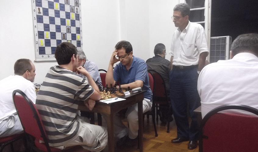 O árbitro do torneio, Antônio Elias, observa atentamente as partidas da quinta rodada.