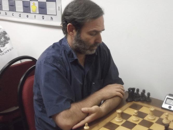 Paulo Moses Fucs fazendo sua tradicional pose blasé no tabuleiro, a qual lhe garantiu a sétima colocação no torneio!