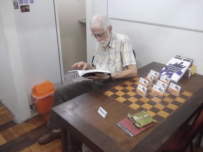 """Sérgio Sundaus. um dos mais assíduos """"habitués"""" da ALEX, lendo um livro de Xadrez antes da quinta rodada"""