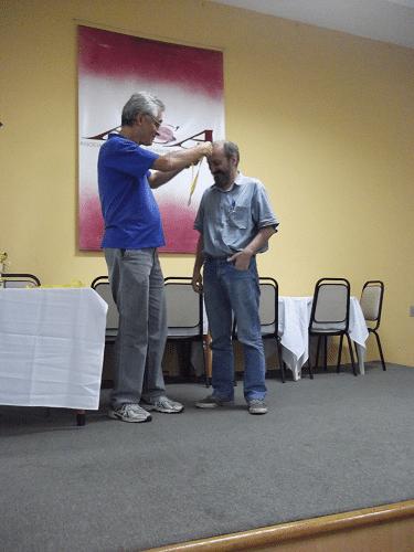 Alberto Mascarenhas quando premiava o Mestre FIDE Hilton Rios com sua medalha de quinto lugar no torneio