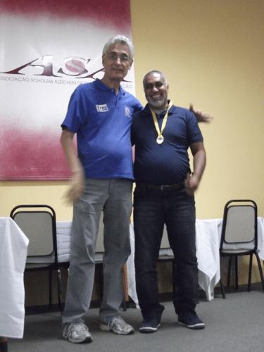 Alberto Mascarenhas premiando Nei Jorge Rodrigues