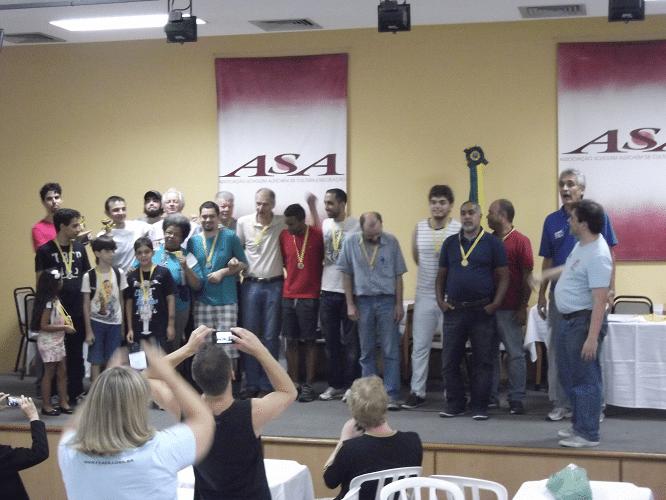 A galera ensandecida tirando foto dos vencedores do torneio